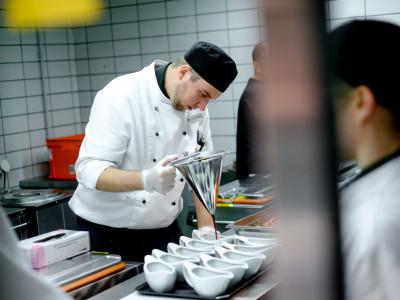 Zürich Marriott Hotel: Küchenteam bei den letzten Vorbereitungen für Ihr Hochzeitsmenü.