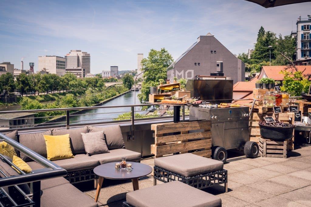 Bankett-Terrasse des Zürich Marriott Hotels mit Blick auf die Limmat